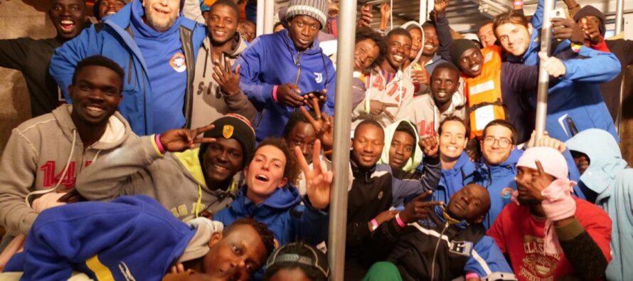In serata lo sbarco a Lampedusa, la gioia dei migranti: «Liberté, liberté».