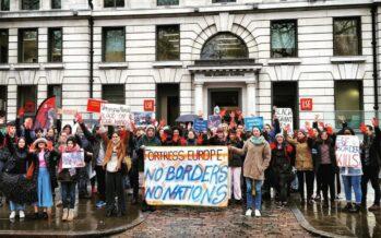 L'ex ministro Minniti sale in cattedra a Londra, ma viene contestato
