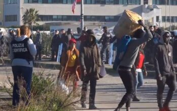 Sgombero-spot con ruspe e militari dei braccianti-migranti di San Ferdinando