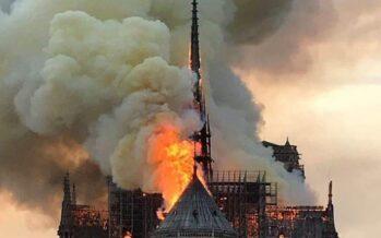 Francia. Incendio a Notre-Dame, crolla la guglia