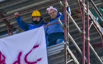 La lotta degli operai licenziati di Pomigliano, sul campanile per il reddito