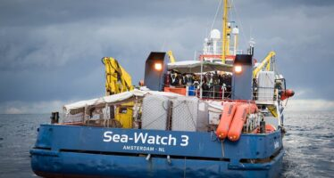 Sea Watch ancora bloccata al largo da Salvini