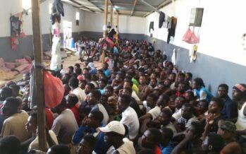 Guardia costiera libica a caccia di migranti, ne riporta 800 nei lager