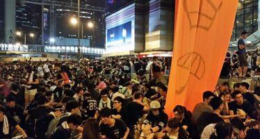 Hong Kong. Manifestanti scatenati occupano il parlamento