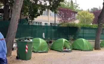 Guerra ai poveri a San Benedetto del Tronto: «Via le tende, o almeno nascondetele»