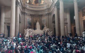 Parigi, Gilets noirs in rivolta occupano il Pantheon