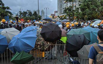 Hong Kong, arresti e repressione, la polizia spara