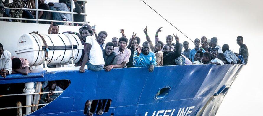 La ONG tedesca Lifeline salva 101 naufraghi e chiede un porto alla Germania