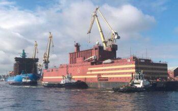 Una centrale nucleare galleggiante russa in viaggio verso l'Artico