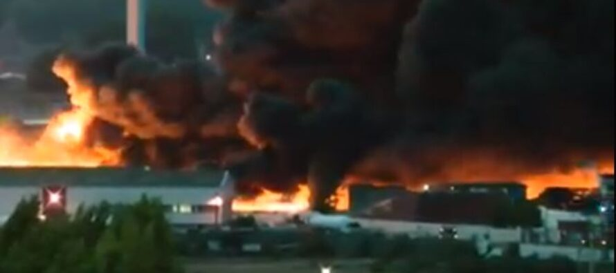 Rouen, brucia un impianto chimico. L'allarme: «Non uscite da casa»