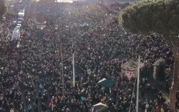 Roma. Dal palco di San Giovanni piena zeppa: «Le sardine non esistono»