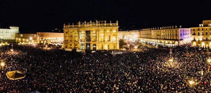Tante sardine si addensano nella piazza di Torino