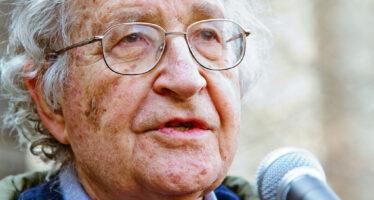 Noam Chomsky: «L'America fondata sulla schiavitù, i neri repressi da 400 anni»