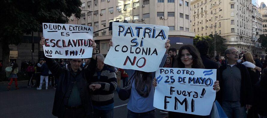 Argentina, sui balconi fazzoletti bianchi e un cartello, «Fuori l'Fmi»»