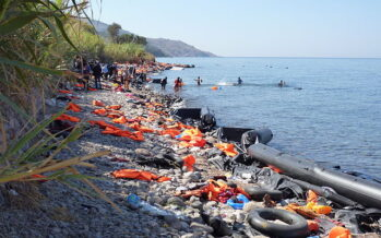 La polizia greca spara lacrimogeni sui profughi. Turchia: «30mila in arrivo»
