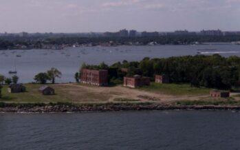 A New York i poveri sono seppelliti dai detenuti in un'isola-cimitero
