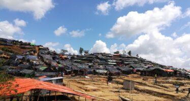 Il genocidio continua. Rohingya alla deriva, il Bangladesh li chiude in isola-penitenziario