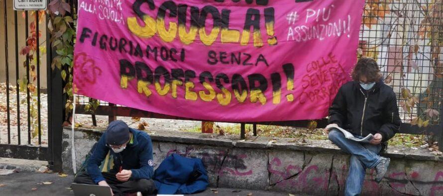 Gli studenti occupano il Manzoni a Milano: «Il nostro futuro online, il vostro business in presenza»