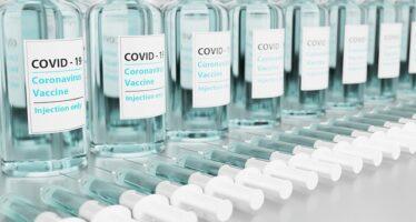 Covid. Via libera al vaccino di AstraZeneca, ma restano i dubbi