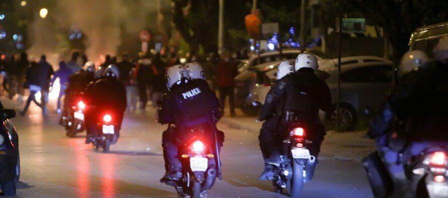 Grecia. Violenze di polizia fuori controllo, ad Atene un intero quartiere si rivolta