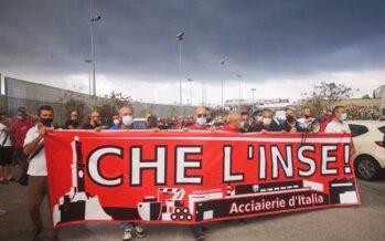Ex Ilva di Genova, scontri operai-polizia: «L'azienda blocchi la richiesta di cig»