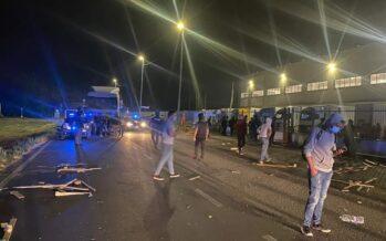 Logistica.Altre botte agli operai in lotta alla Fedex, otto feriti dagli squadristi