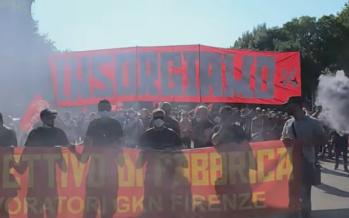 Firenze manifesta in piazza con gli operai Gkn: «Partigiani per i nostri operai»