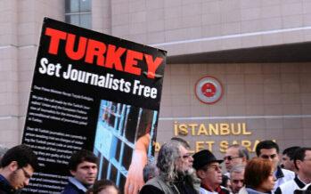 La Turchia reprime ancora la stampa, decine i giornalisti arrestati o condannati